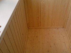 Отделка пола балкона деревянной рейкой