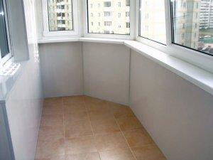 Отделка балкона белыми пластиковыми панелями